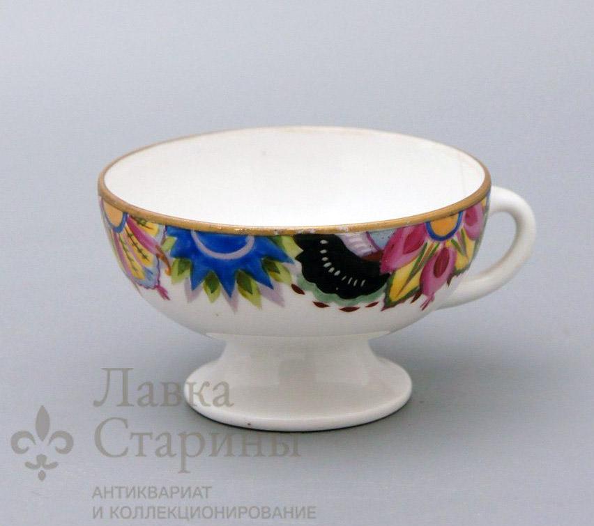 Чашка со стилизованным цветочным орнаментом по краю